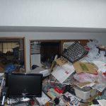 独居男性の部屋、一面ゴミだらけ